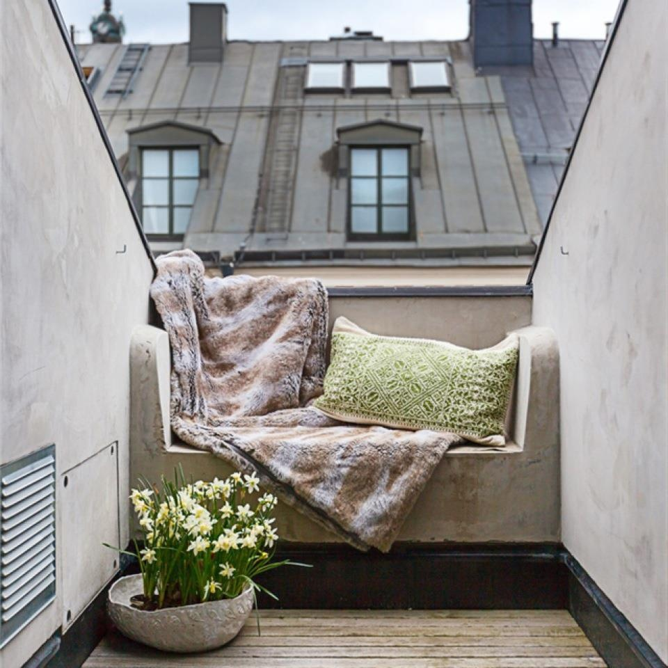 Balcony chic the big the medium and the tiny for Tiny balcony ideas