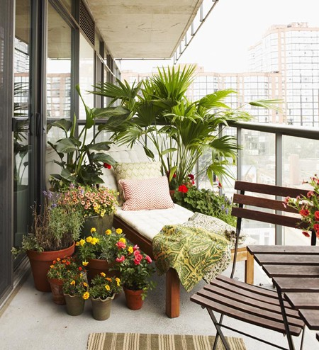 Balcony chic the big the medium and the tiny for Condo balcony decorating ideas