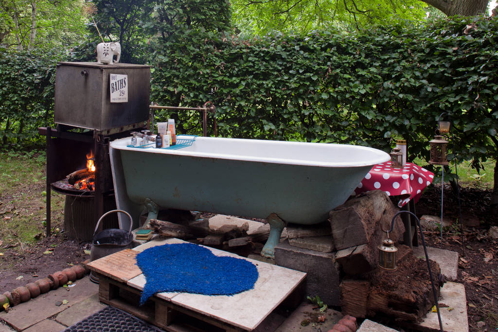 10 awesome airbnb trailers for your next weekend getaway for Outdoor bathtub wood fired