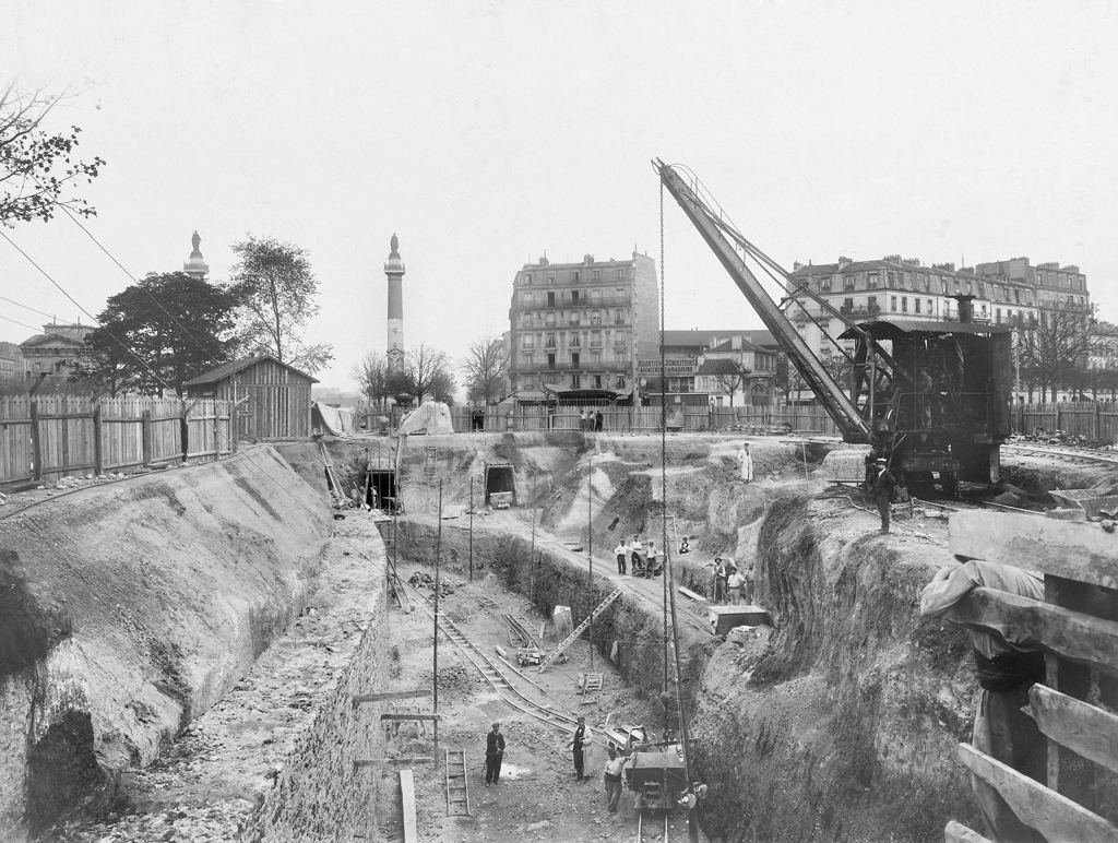 Construction du chemin de fer métropolitain municipal de Paris. Place de la Nation, construction de la station. Paris (XIème, XIIème et XXème arrondissements), 10 octobre 1901. Photographie de l'Union Photographique Française. Paris, musée Carnavalet.
