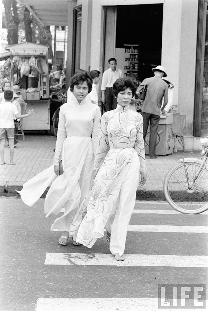 Vietnamese Girls on Saigon's Streets in the 1960s (3)