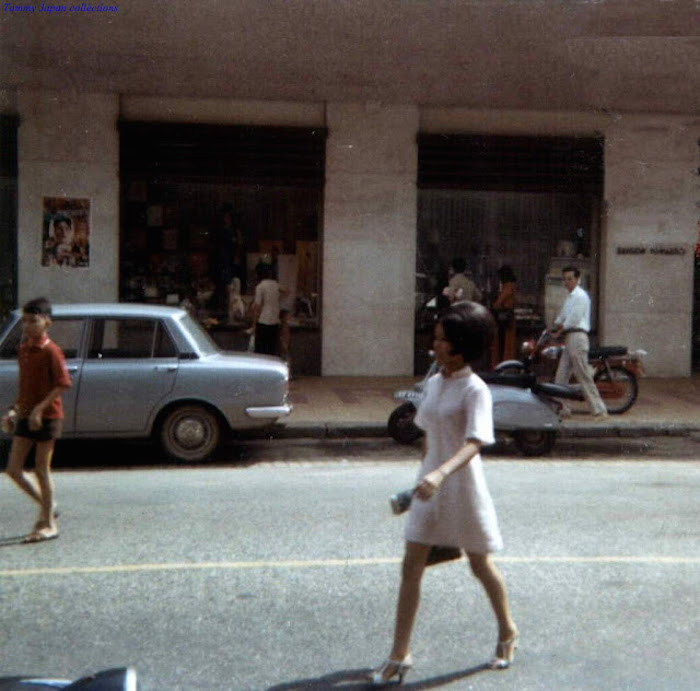 Young Girls on Saigon Streets in the 1960s (33)