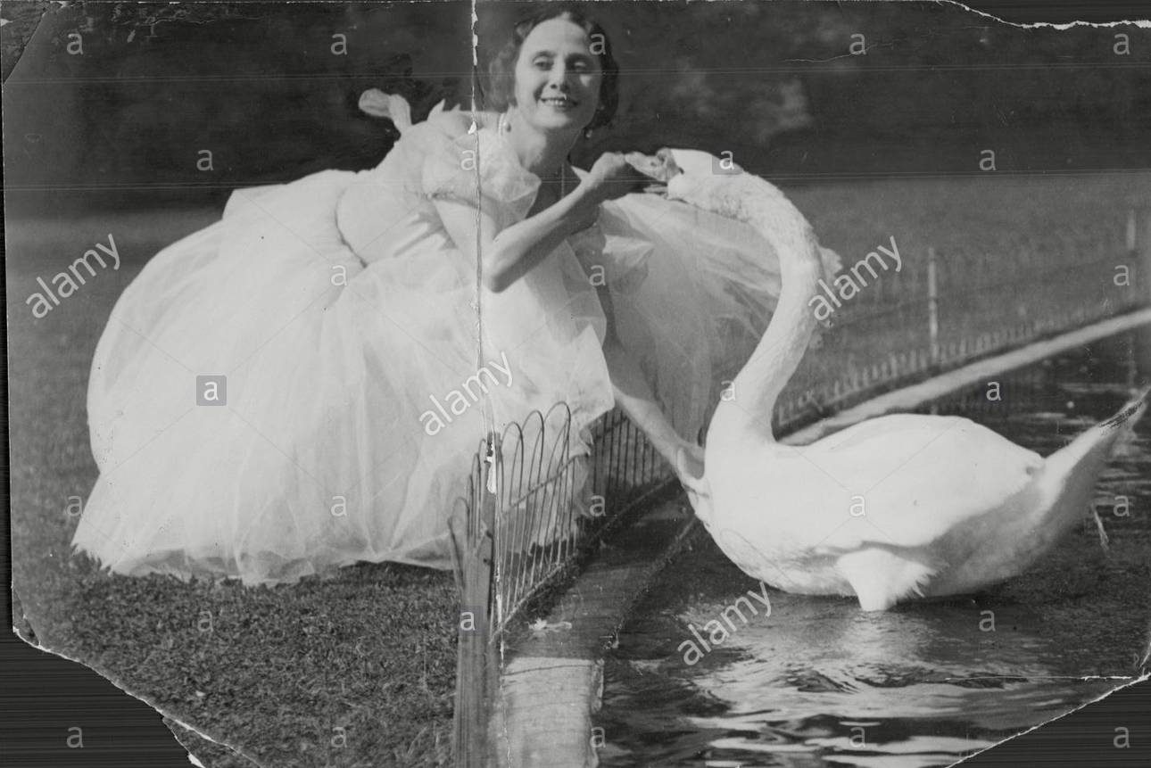 anna-pavlova-dancer-with-a-swan-at-home-DX1FT6