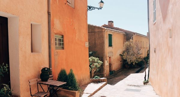 The Disappearing Membership Cafés of Provence