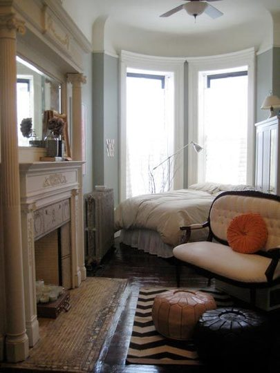 12 tiny ass apartment design ideas to steal for Minimalist victorian living room