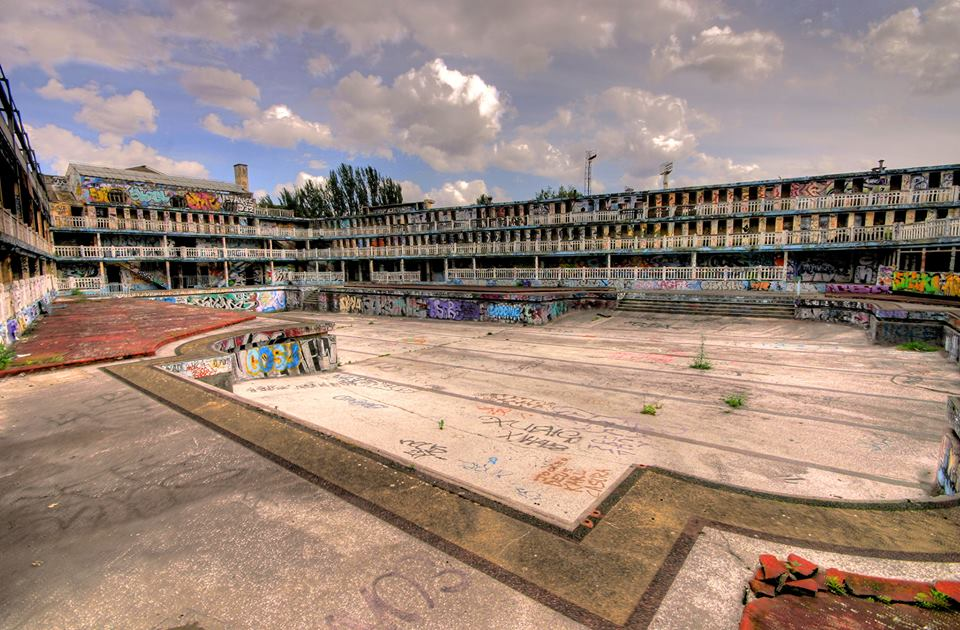 Reviving the abandoned 39 life of pi 39 art deco pool in paris for Piscine deligny