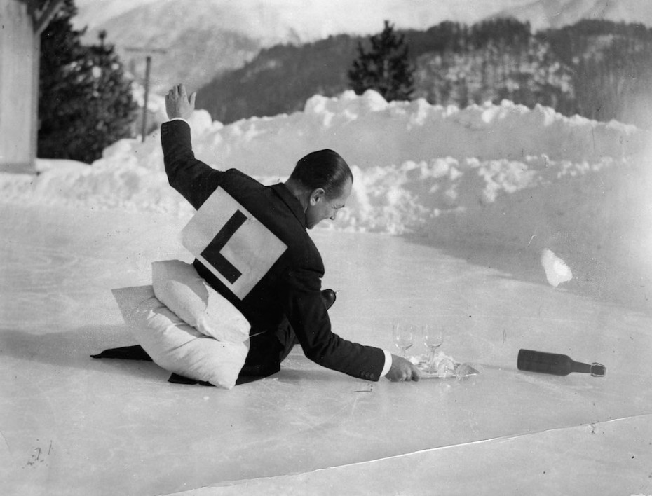 Ein eislaufender Spafl-Kellner in St. Moritz. Photographie. Schweiz. Um 1930 An ice-skating fun-waiter in St. Moritz. Photograph. Switzerland. Around 1930.