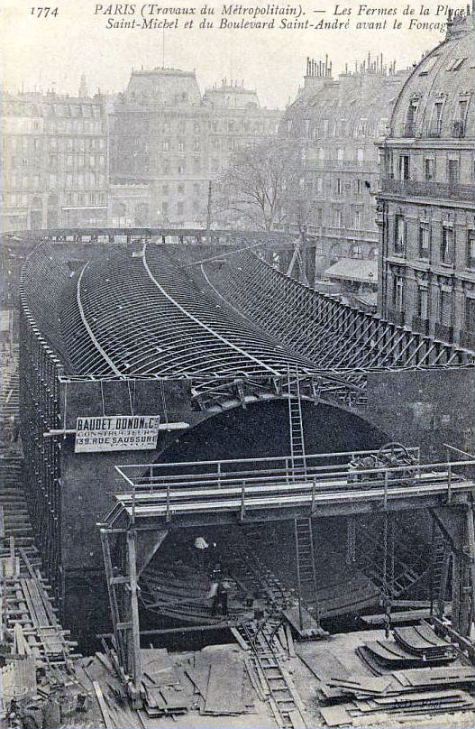 Paris_-_Travaux_du_Metropolitain_-_Les_fermes_de_la_place_Saint-Michel
