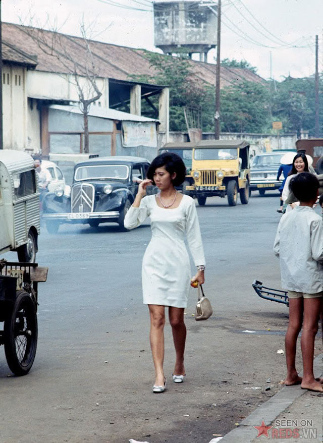 Young Girls on Saigon Streets in the 1960s (15)
