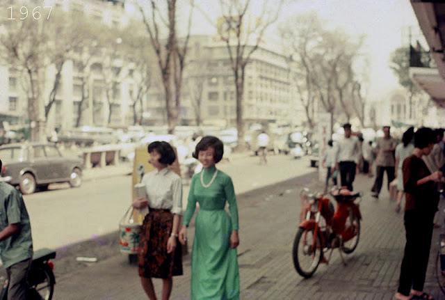 Young Girls on Saigon Streets in the 1960s (7)