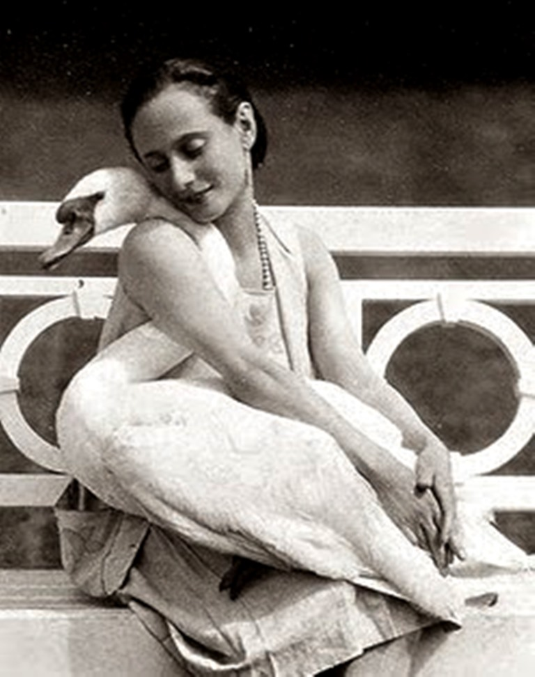 la-danseuse-anna-pavlova-with-her-pet-swan-jack-1905-via-artprints (1)