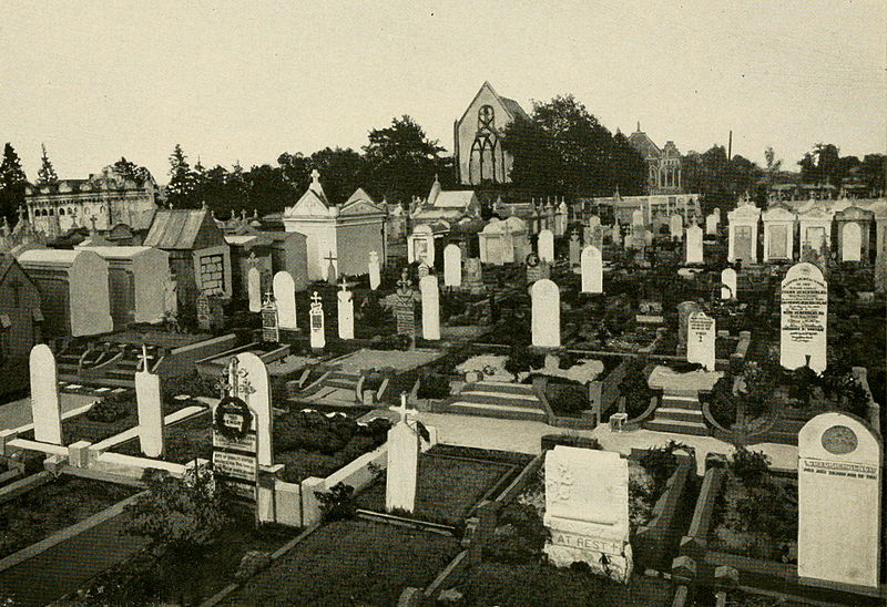 https://upload.wikimedia.org/wikipedia/commons/thumb/a/ae/St_Roch_Cemetery_and_Miracle_Chapel_Winter_in_New_Orleans_1912.jpg/800px-St_Roch_Cemetery_and_Miracle_Chapel_Winter_in_New_Orleans_1912.jpg